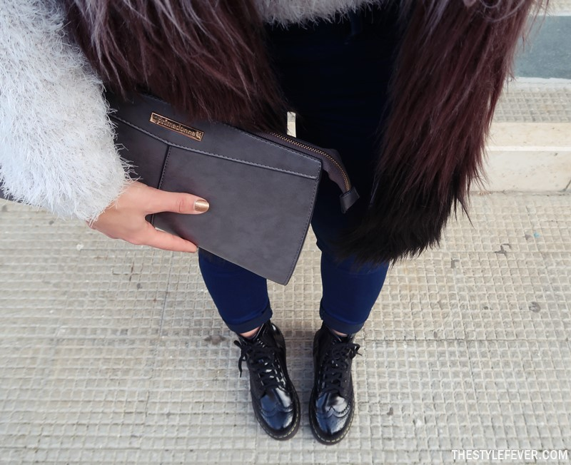 Outfit invernale DrMartens, pochette grigia