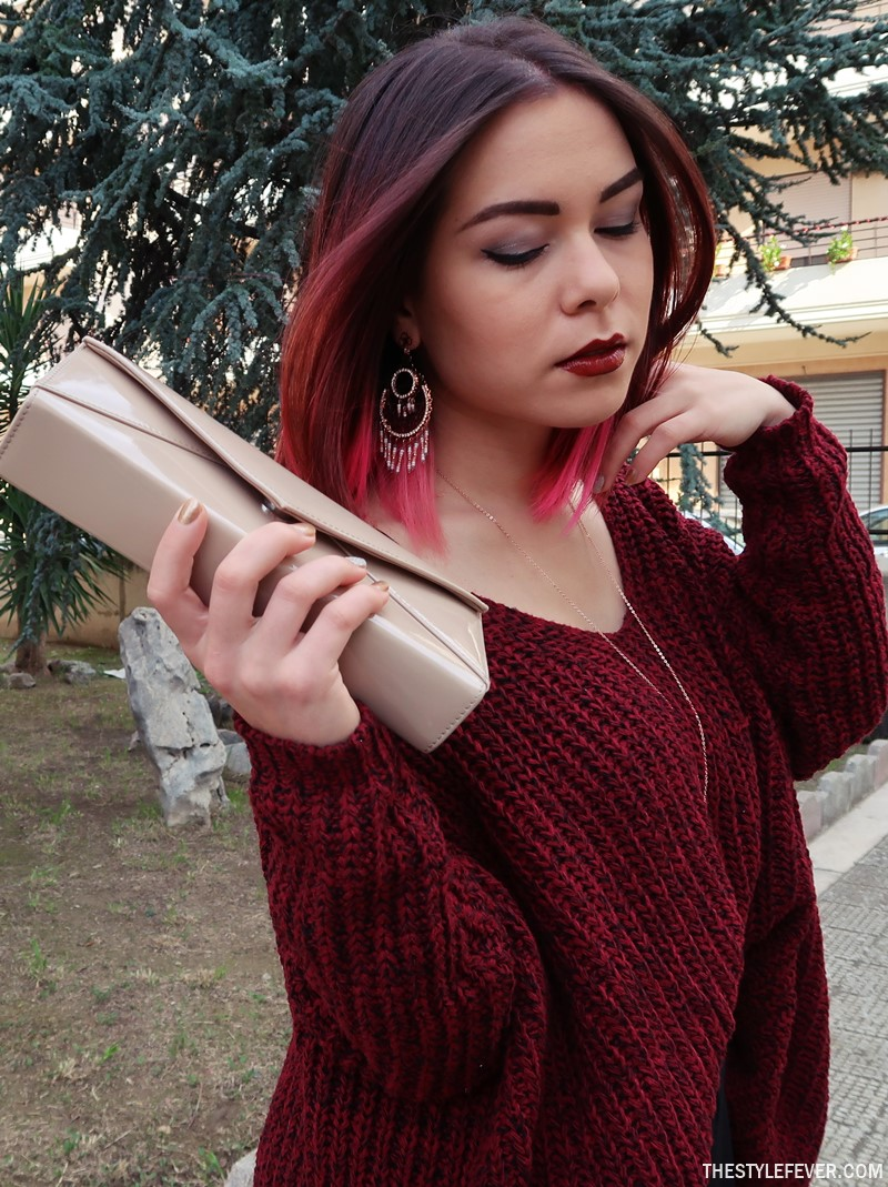 Outfit maglione bordeaux extralarge, fashion youtuber italiane Mina Masotina