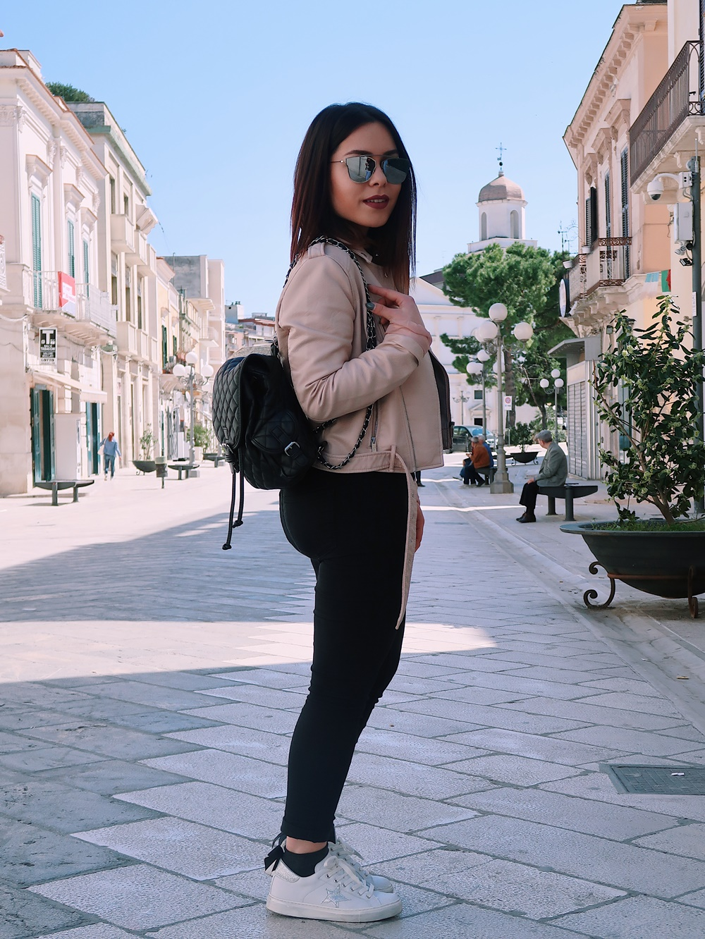 Look total black, giacca di pelle rosa, Mina Masotina, fashion blogger Puglia